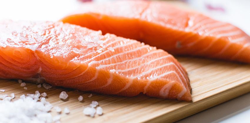Одним из самых популярных блюд из форели является соленая форель. Ее без труда можно приобрести в магазине, но нет никакой гарантии, что рыба не окажется перемороженной, недосоленной или того хуже - пересоленой.